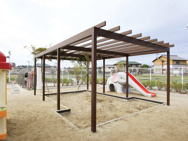パーゴラ・ポーチを用いて幼稚園の砂場をナチュラルに演出
