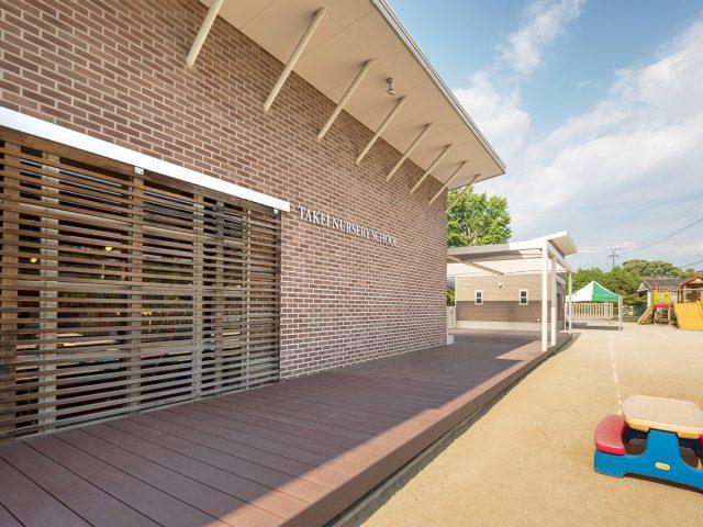 運動場と教室をつなぐ床に人工木材のエコウッドⅡを使って