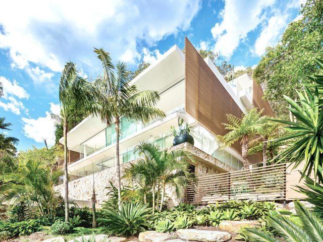 木目調の格子材が白い外壁と調和し、リゾート感を演出します(オーストラリア現場施工)