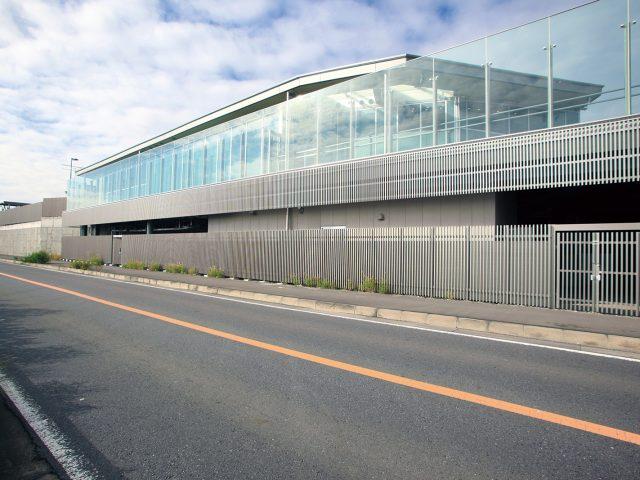 千本格子のステンカラーは建物をシャープに見せます