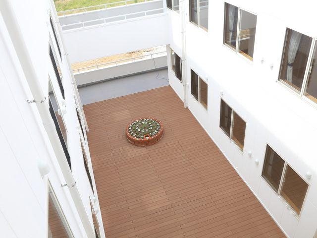 エバーエコウッドCONTRACTを使って屋上をくつろぎの空間に