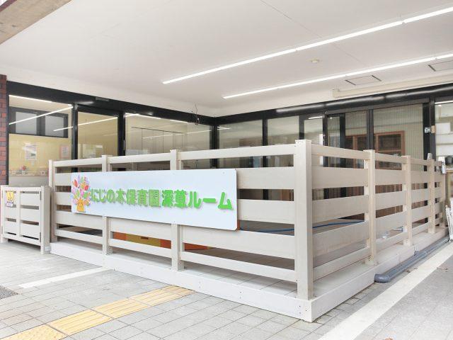 白いデッキとフェンスに、人工木材エバーエコウッドのホワイトを使用