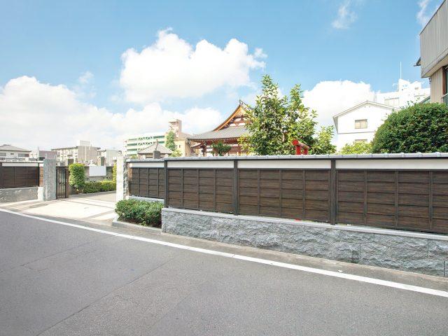 エバーささら子下見塀ボードを使って古くからある板塀の外構として