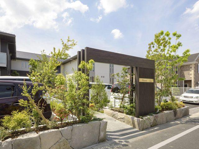 ホームヤードルーフシステム  フレーム+スリットでつくる木目調ゲートが植栽と調和します