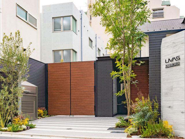 木目調でコーディネートした門扉が、モノトーンのシックな門まわりと調和します