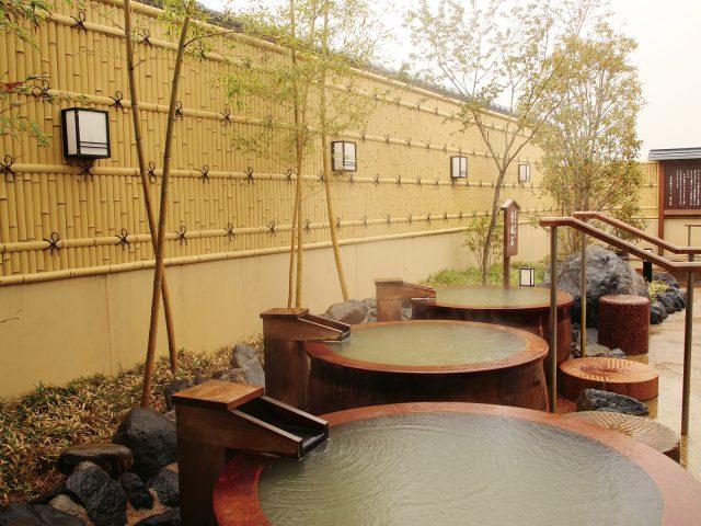 温浴施設の目かくしに、癒やしの和の空間を演出