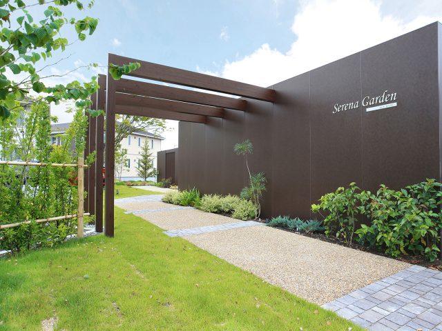 街並みの景観をつくる境界フェンスにホームヤードルーフシステム  フレーム+スリット